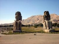 Die 2 Memnonskolosse auf der Fahrt zum Tal der Könige