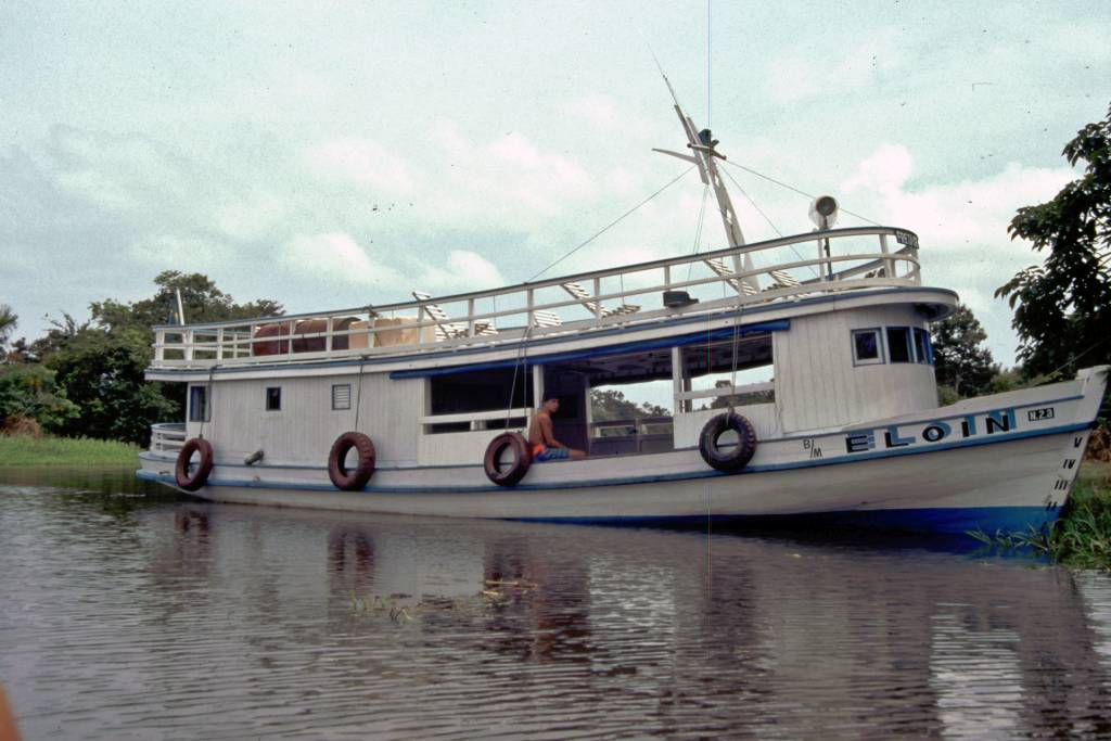 Typisches Boot im Amazonas nahe Santarém