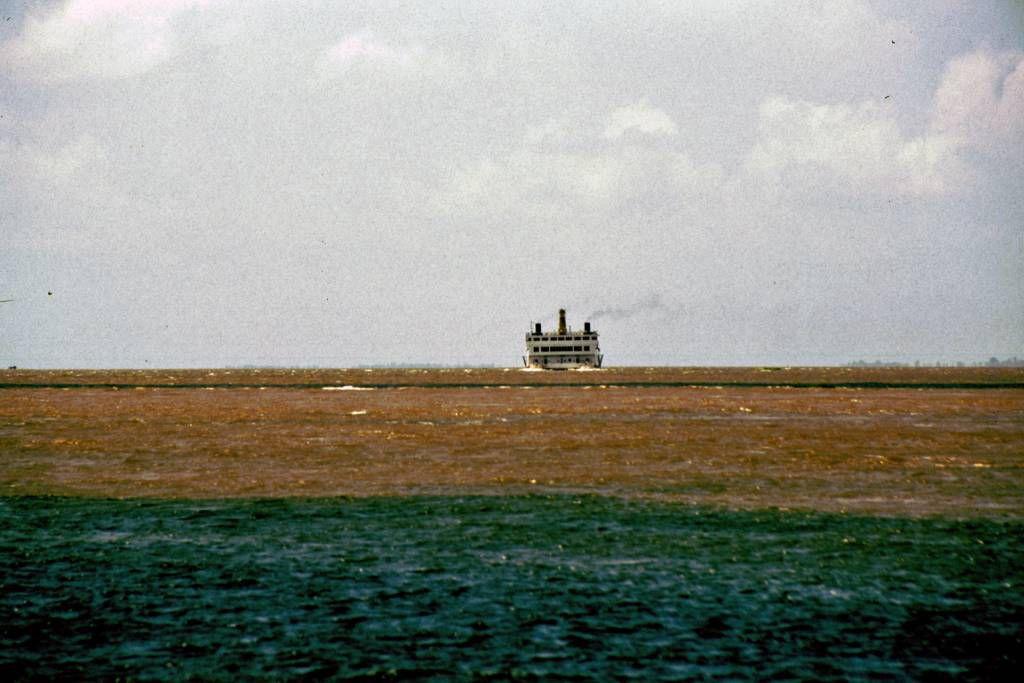 Zusammenfluss des  Roten und Schwarzen Amazonas nahe Santarém mit Amazonasdampfer