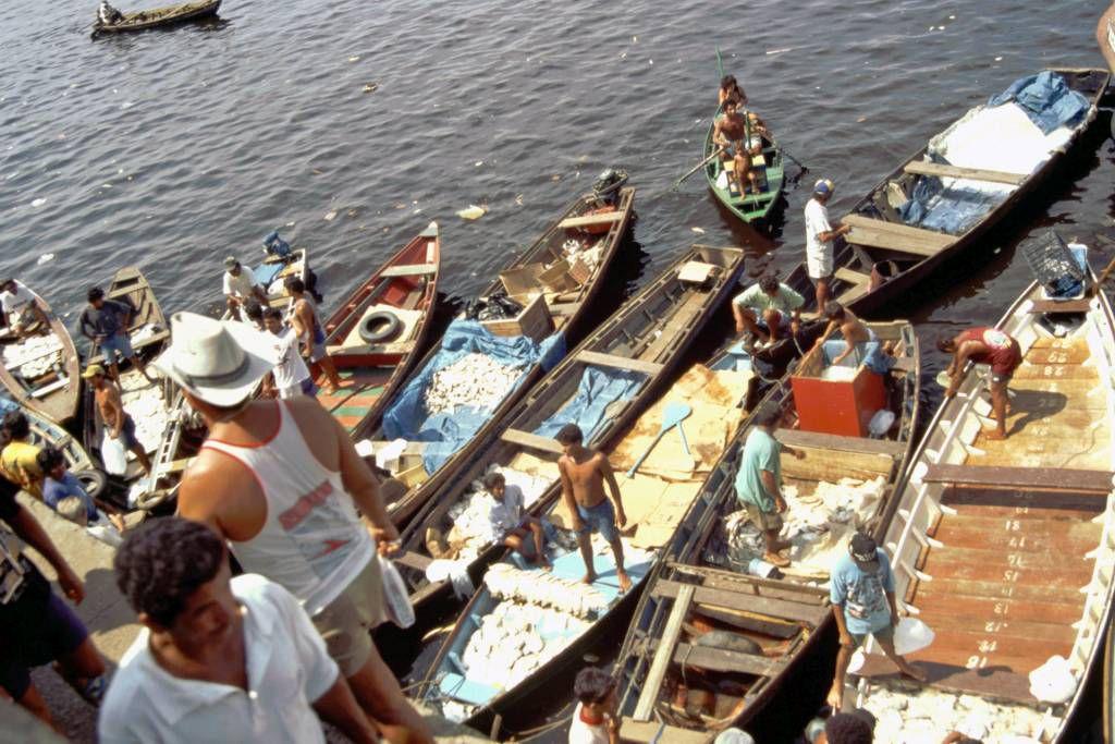 Manaus, Fischer beim Fischverkauf direkt aus den Booten