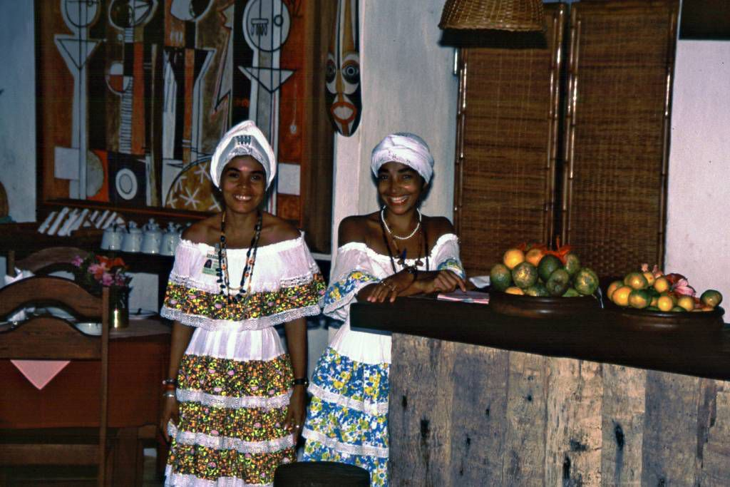 In der Pousada Pria do Forte, Personal in der typischen Tracht