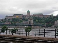 Blick auf die Kettenbrücke und den Burgpalast mit der Nationalgalerie