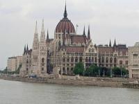 Das ungarische Parlament, von der Kettenbrücke aus gesehen