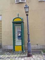 Telefonzelle und Straßenlaterne im Burgviertel