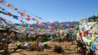Shangri-La, Gebetsfahnen vor dem 100 chicken temple