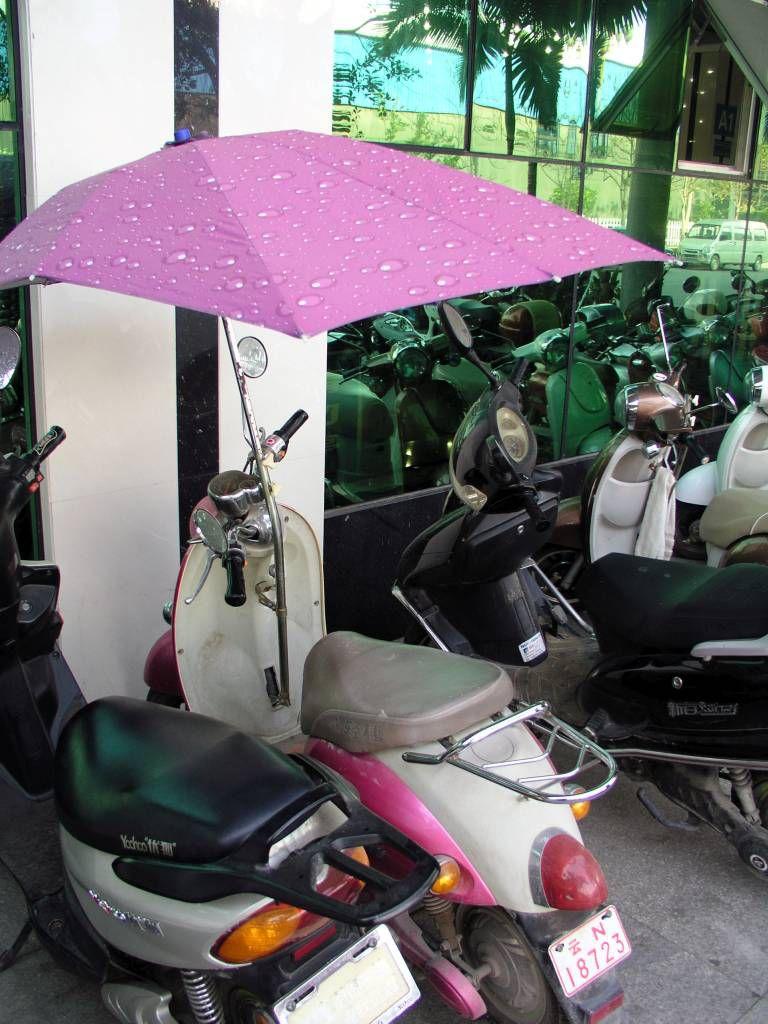 Mangshi, Sonnenschirm am Motorroller