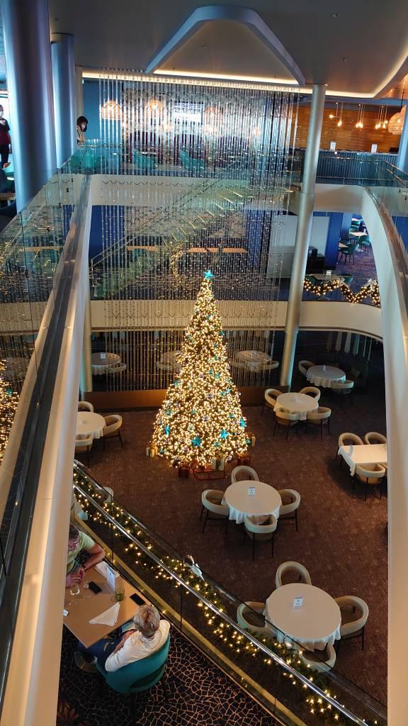 Mein Schiff 2, Weihnachtsbaum im Restaurant Atlantik