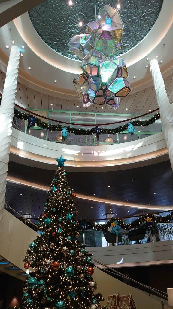 Mein Schiff 2, Weihnachtsbaum im Bereich der Rezeption