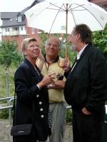 Einer der Initiatoren, Waldemar Utta, im Gespräch mit einem der Garbsener Sponsoren am 08.07.2001