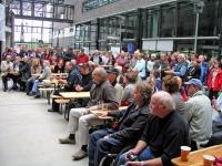 Zuschauer am 03.07.2011, wegen des Regens erstmals innerhalb des Rathauses