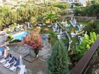 Gerakini, Hotel Glavas Inn, Blick vom Restaurant in den Garten