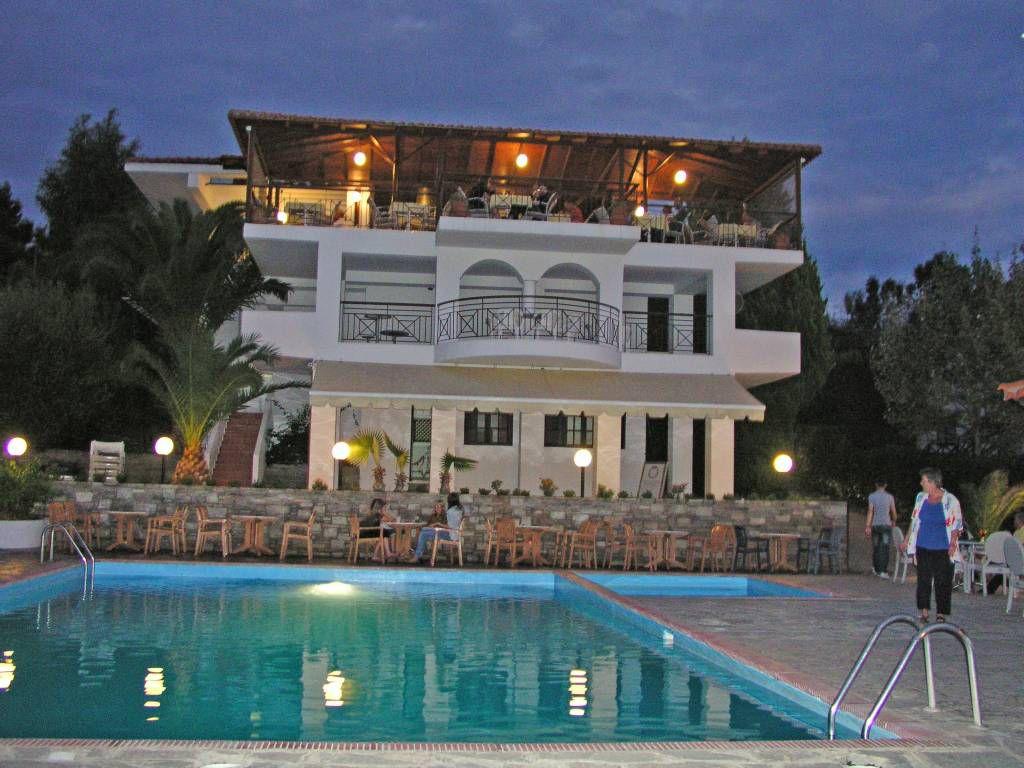 Gerakini, Hotel Glavas Inn, Speisesaalgebäude mit Pool am Abend