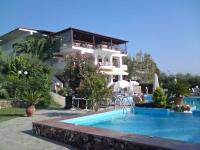Gerakini, Hotel Glavas Inn, Speisesaalgebäude mit Pool und Garten