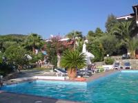 Gerakini, Hotel Glavas Inn, Pool mit Garten