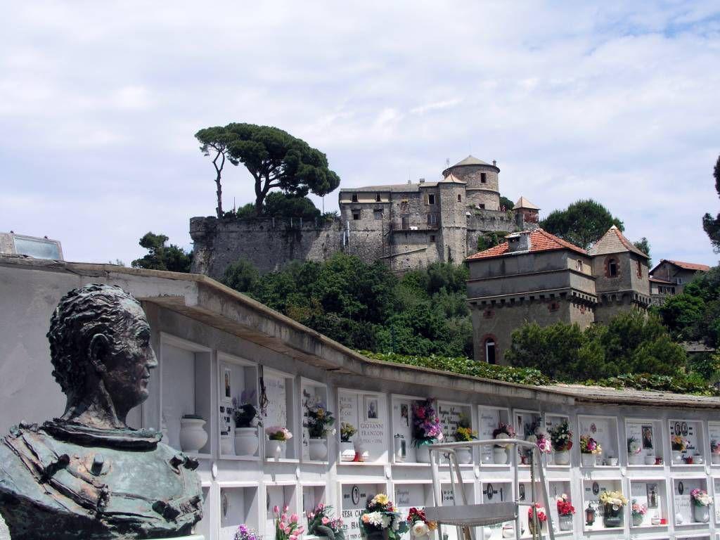 Portofino, Blick vom Friedhof der San Giorgio Kirche auf das Castello Brown