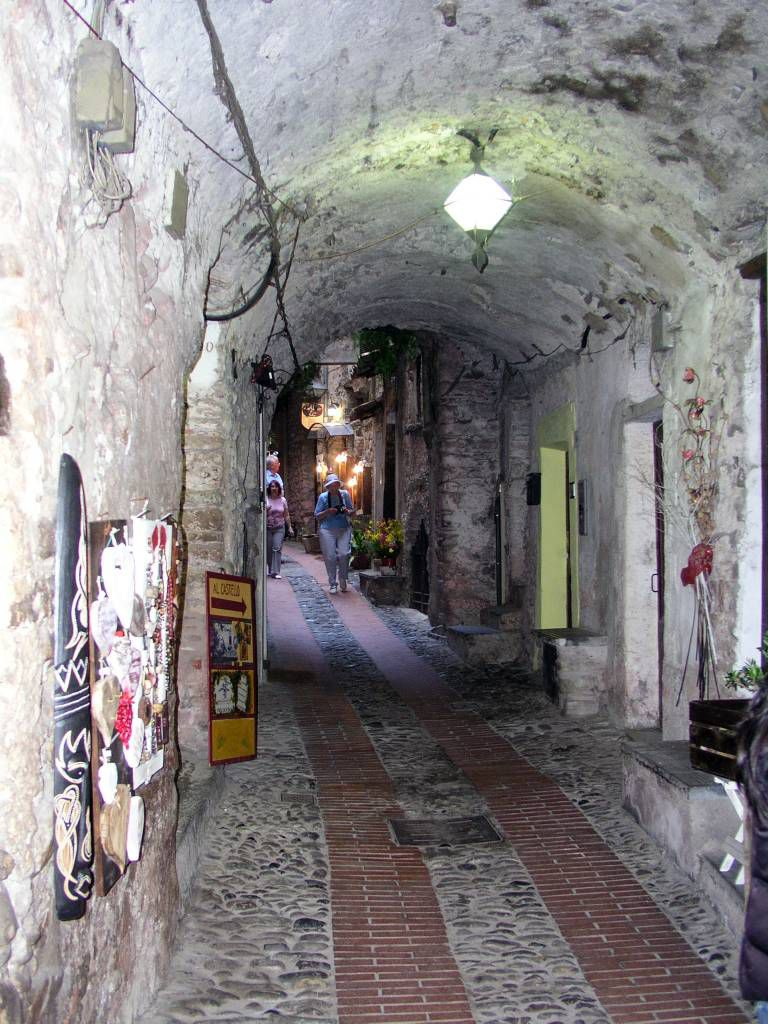 Ligurien, Dolceacqua, der Via Castello
