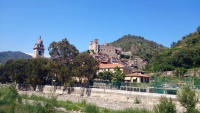 Ligurien, Dolceacqua, Kirche Sant'Antonio Abate und Castello dei Doria