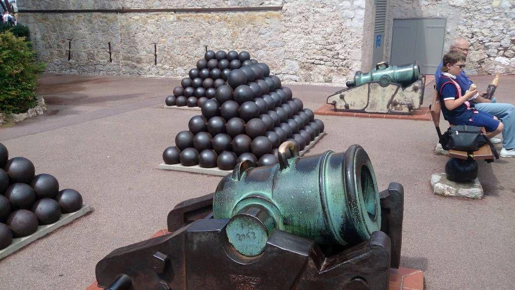 Monaco, vor dem Fürstenpalast, alte Kanonen