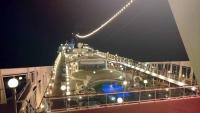 MSC Poesia, auf See, an Deck bei Nacht