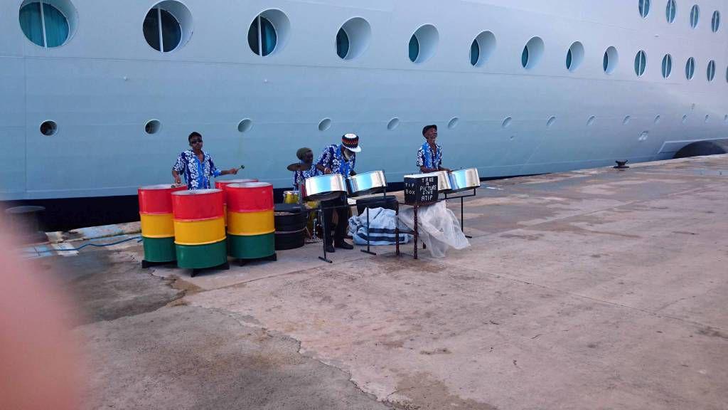 Antigua und Barbuda, Saint John's, Begrüßungsmusik