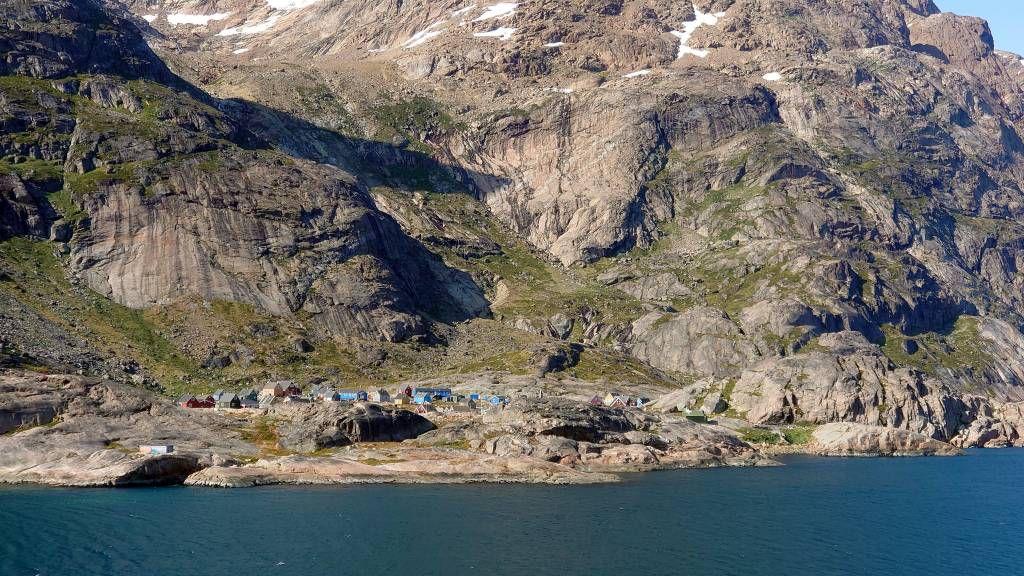 Grönland, Prinz-Christian-Sund, Landschaft mit Dorf Aappilattoq