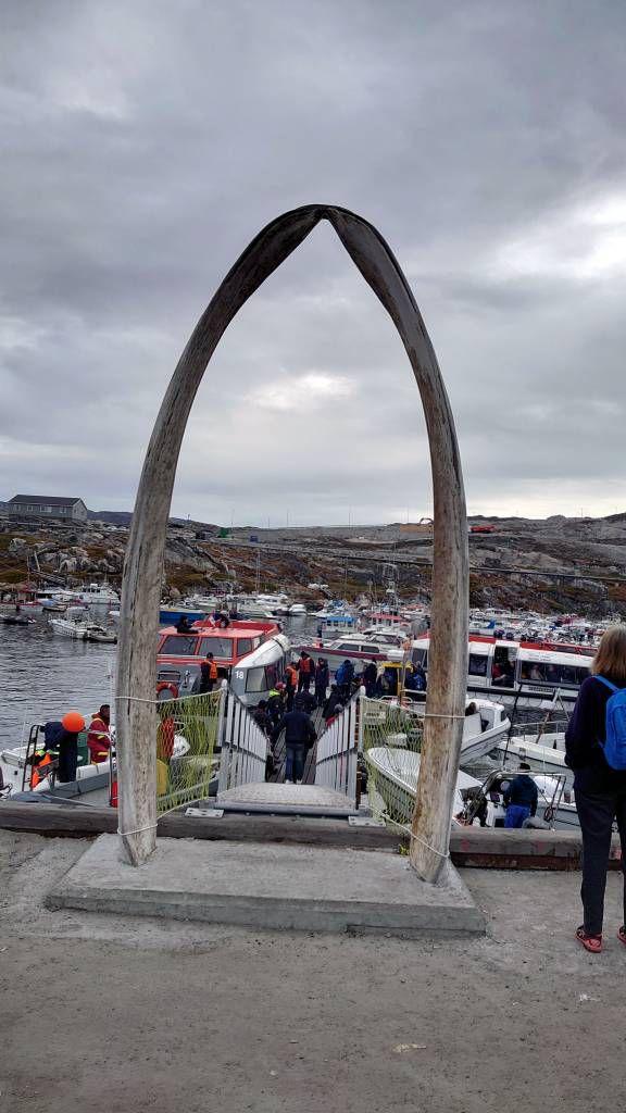 Grönland, Ilulissat, Walkiefer am Bootssteg