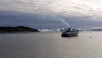 Grönland, Ilulissat, Eisberge und Schiff