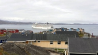 Grönland, Qaqortoq, Gebäude und die MSC Orchestra
