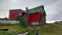 Grönland, Qaqortoq, Gebäude mit Statue