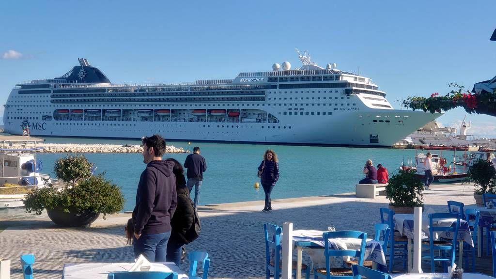 Katakolon, MSC Opera im Hafen