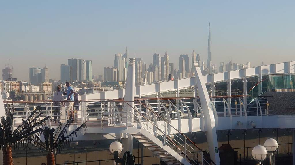 Dubai, Skyline, im Vordergrund die MSC Splendida