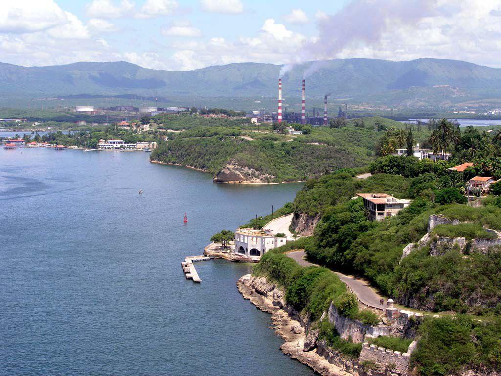 Blick über die Hafeneinfahrt von Santiago de Cuba