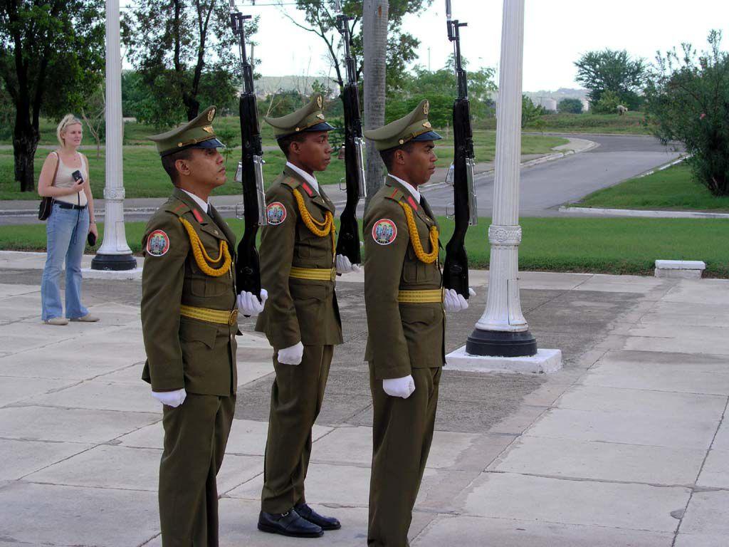Wachwechsel am Grab von José Martí in Santiago de Cuba