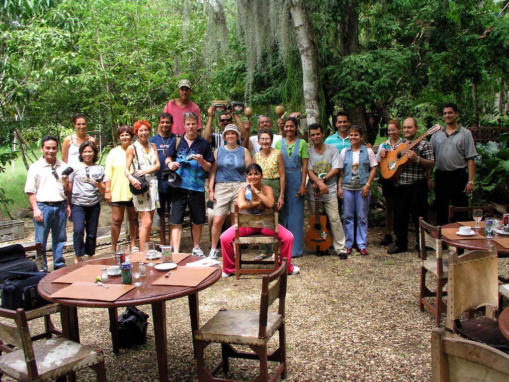Gäste und kubanische Freunde im Garten des Villa El Yarey
