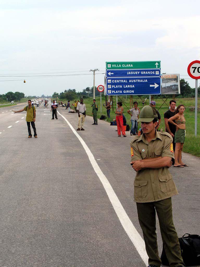 Warten auf eine Mitfahrgelegenheit an der Autobahn südlich von Havanna