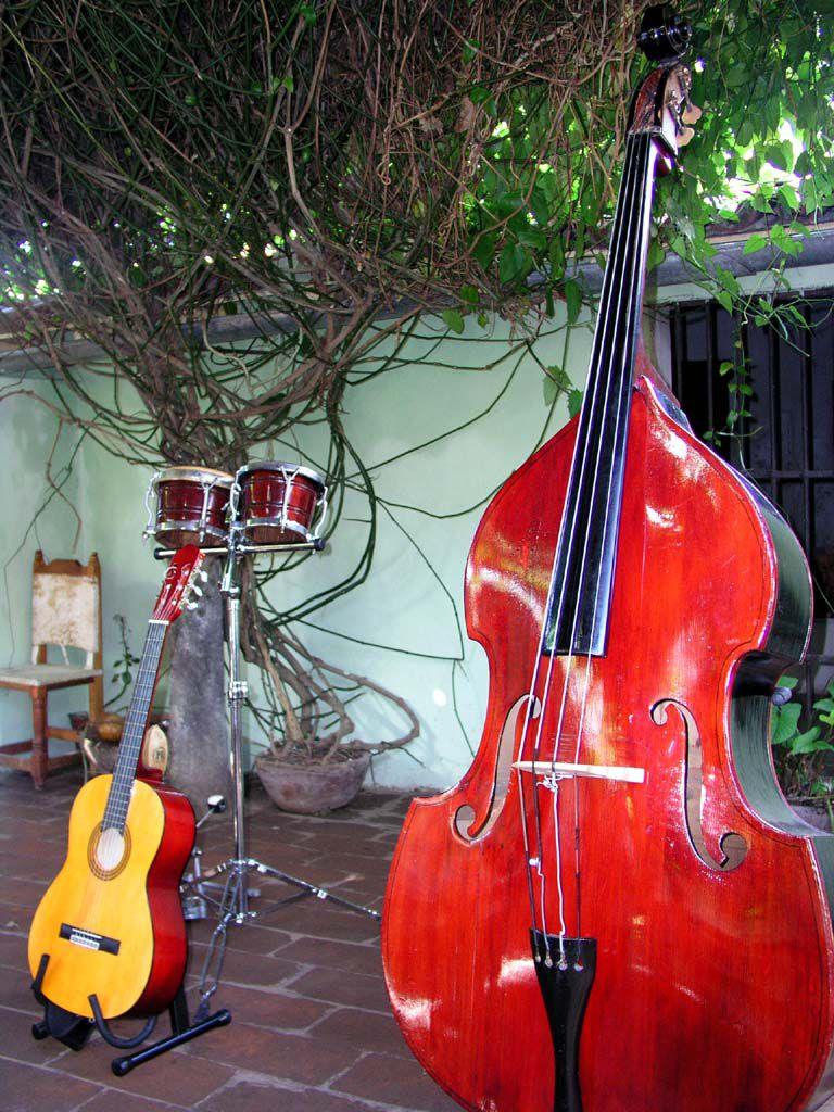 Musikinstrumente in der Casa de la Musica von Bayamo