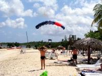 Tandemfallschirmspringen am Strand des Hotels Las Brisas Guardalavaca