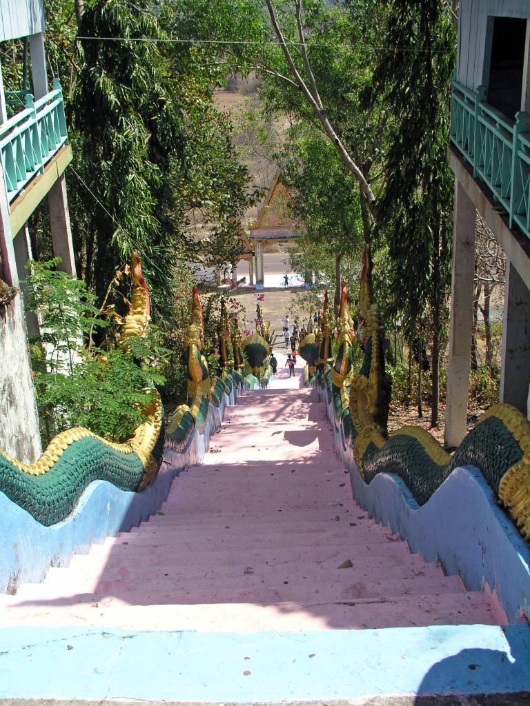 Ban Houakèng, Abgang vom Tempel