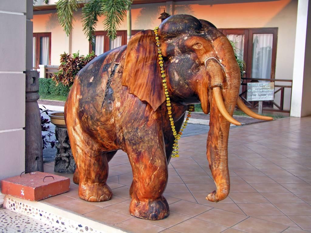 Savannakhet, Mahagonielefant im Daosavanh Resort & Spa Hotel