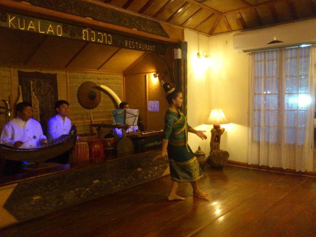 Vientiane, Ban Sithan Nua, Abendessen mit Tänzen im Kualao Restaurant