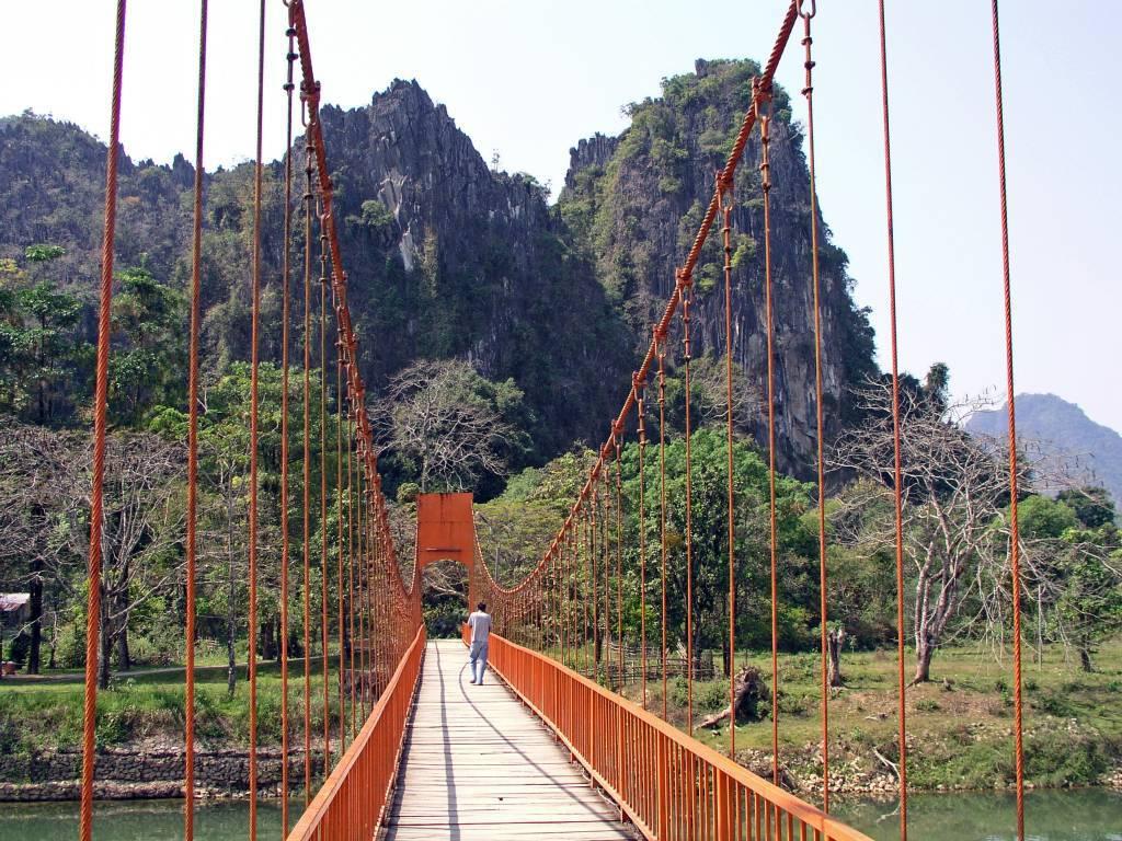 Ban Khouaphan, Orange Brücke zur Tham Chang Höhle
