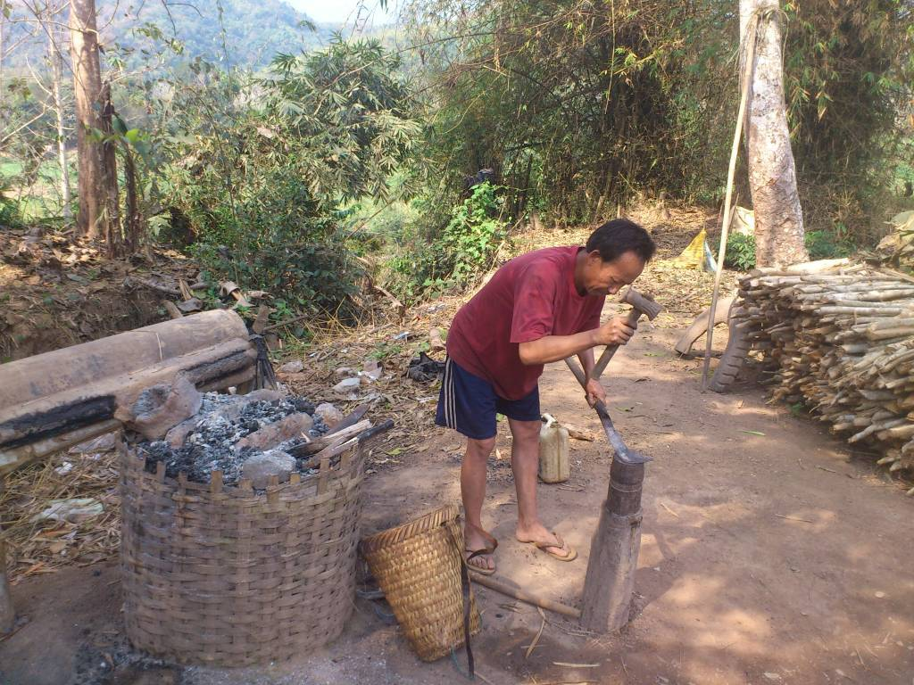 Ban Souan, ein Schmied bei der Arbeit