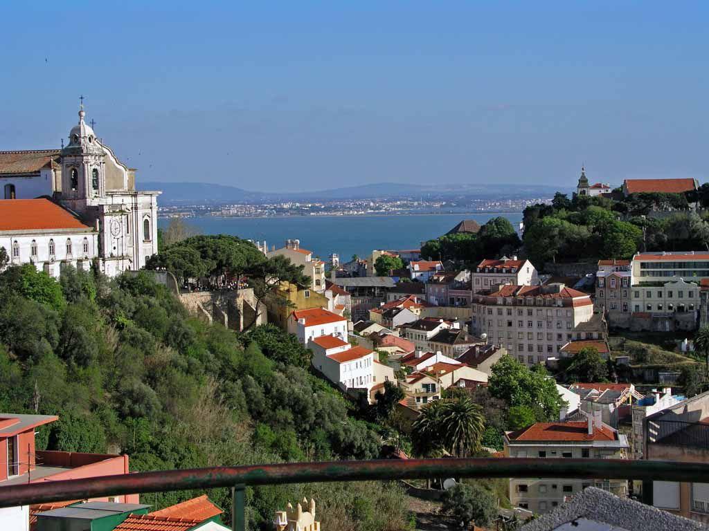 Blick vom Miradouro Nossa Senora do Monte in Richtung Miradouro da Graca und Tejo