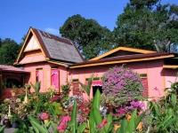 Typisches Wohnhaus in einem Dorf nahe Malakka / Melaka