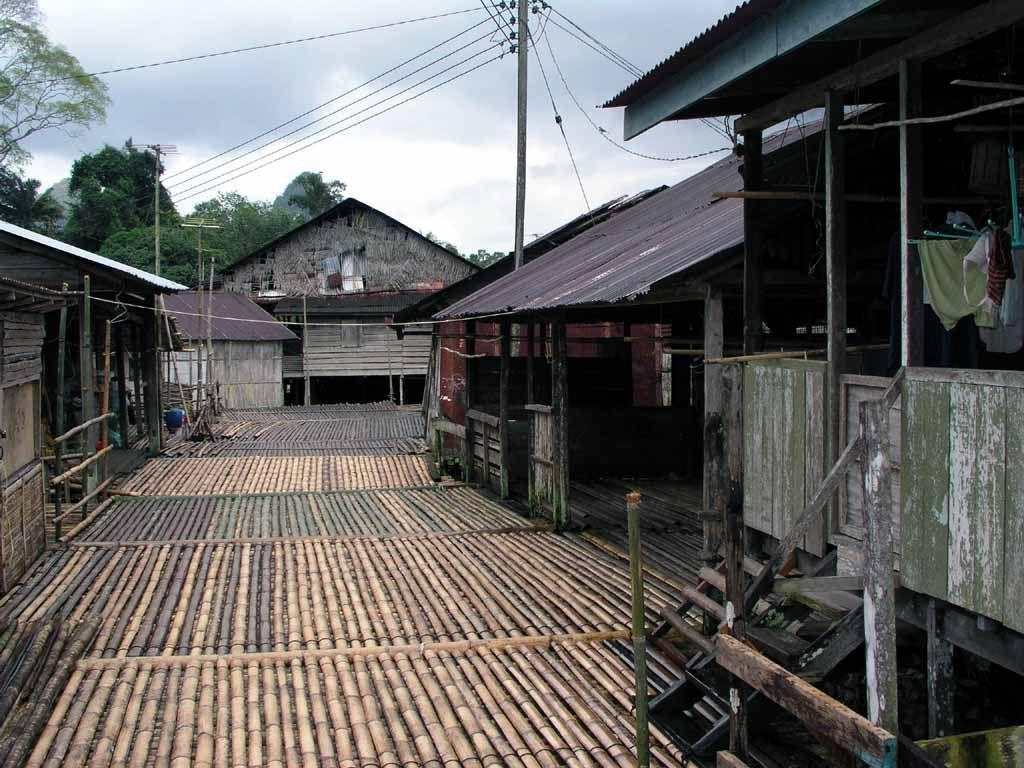 Bidayuh Dorf mit Langhäusern