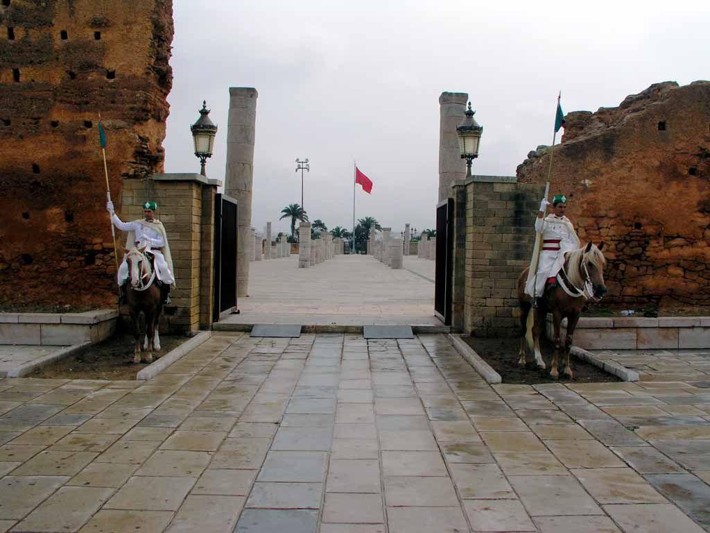 Rabat, Wächter am Vorplatz zum Mausoleum Hassan V.