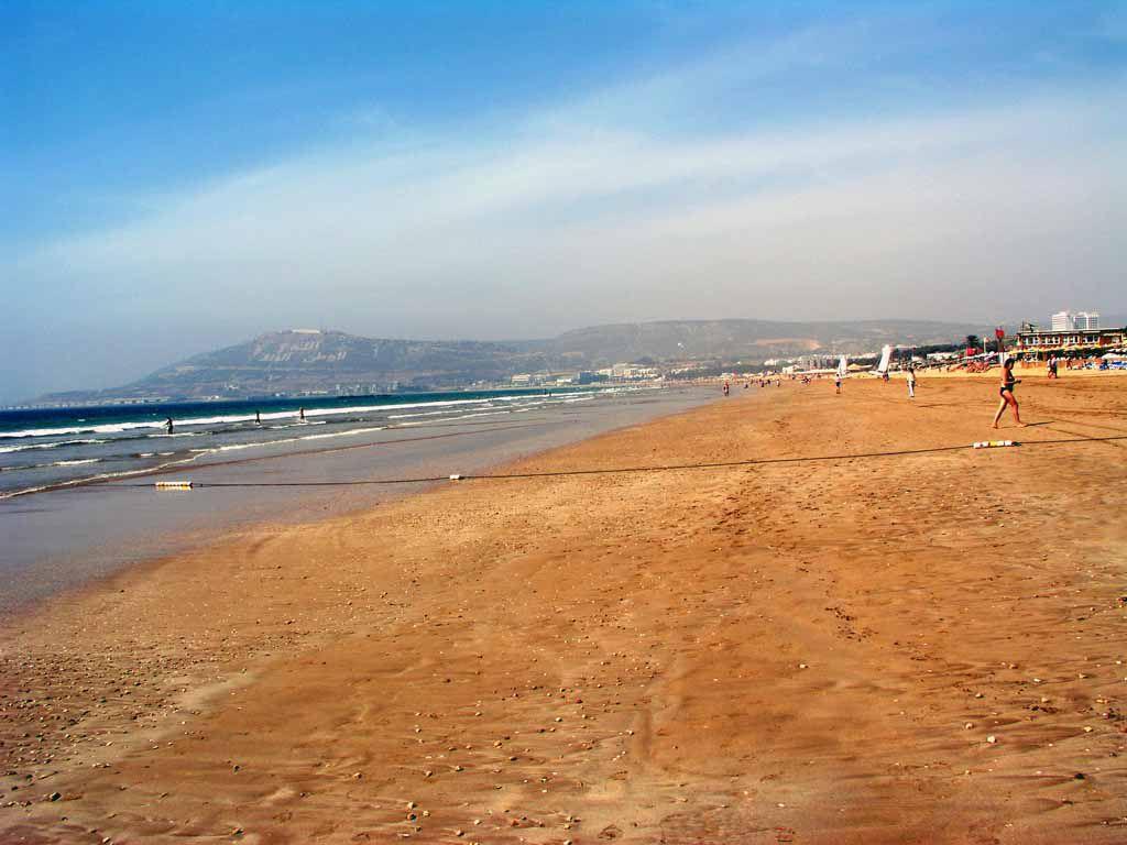 Strand mit Blick auf die Festung Santa Cruz de Aguer