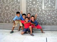 Kinder vor der Hassan II. Moschee in Casablanca