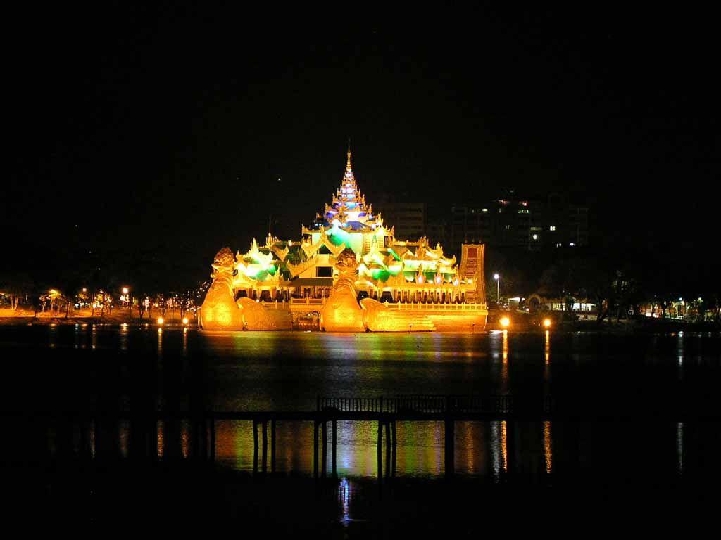 Yangon, Karaweik Restaurant im Kandawgyi See bei Nacht