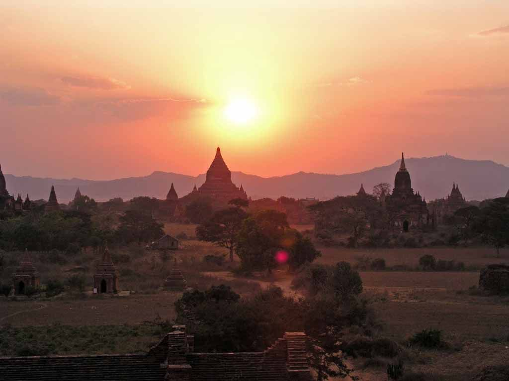 Bagan, Sonnenuntergang über den Pagoden